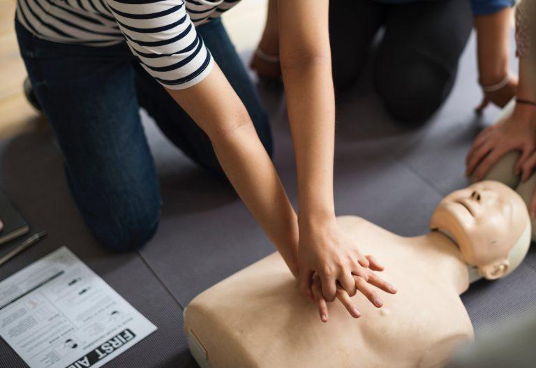 Herz Druck Massage an einer Puppe