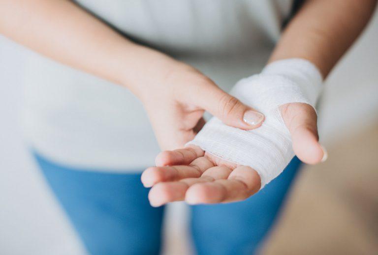 Bandage-behandlung-Hand
