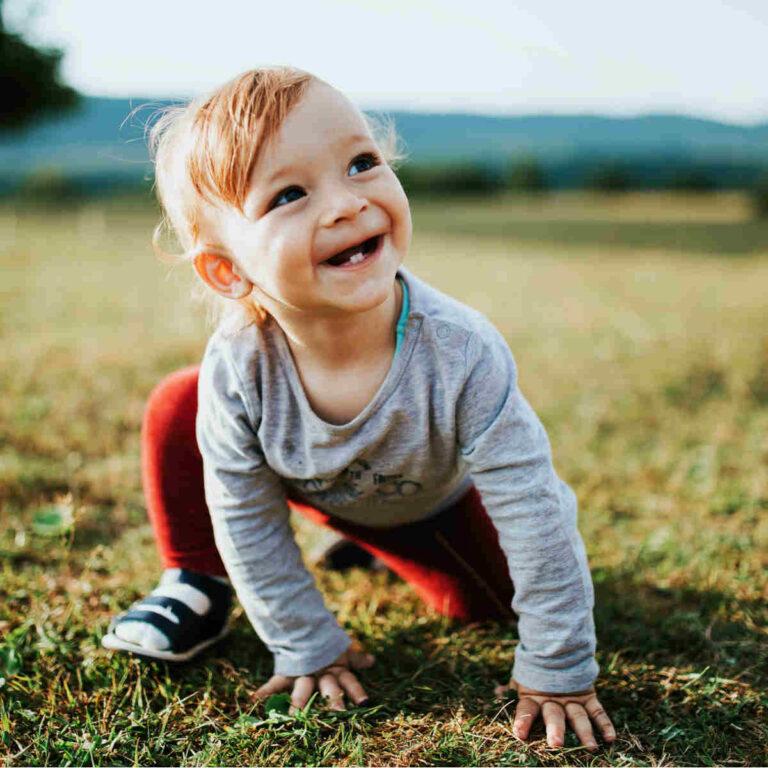 kleiner Junge auf einer Wiese