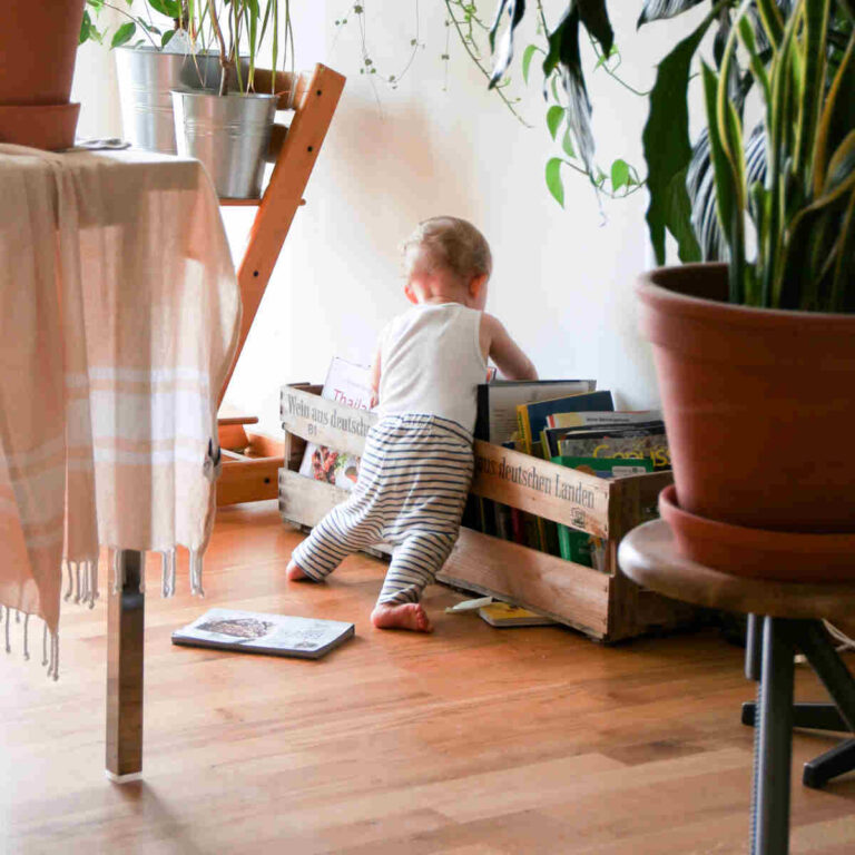 Kind sucht nach Kinderbuch